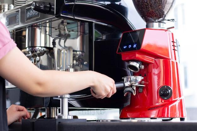 Professioneller barkeeper, der espresso in der exklusiven café-bar zubereitet