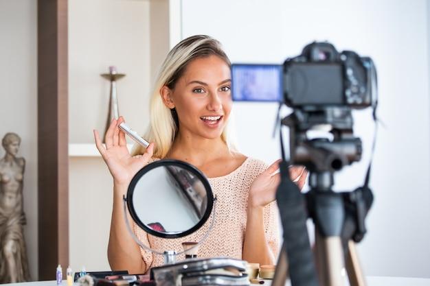 Professioneller beauty-vlogger beim live-make-up-tutorial