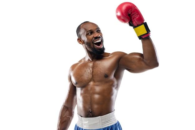 Professioneller boxer isoliert auf weißer studiowand