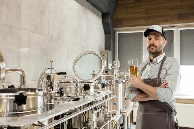 Professioneller brauer in seiner eigenen handwerklichen alkoholproduktion