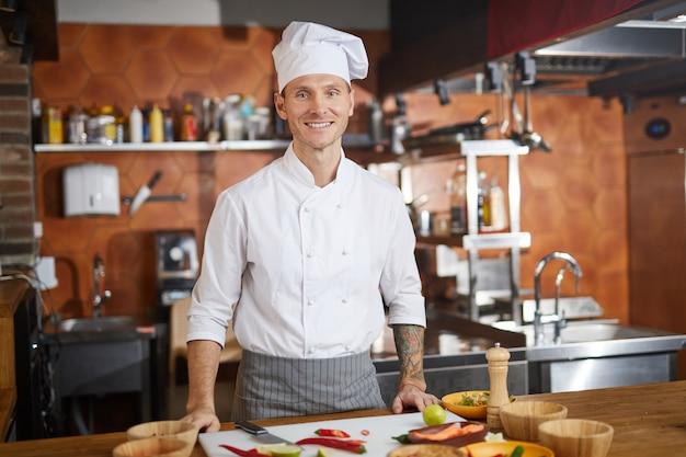 Professioneller chefkoch posiert