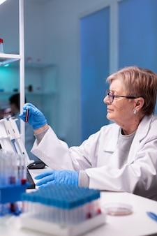 Professioneller chemiker, der eine probe für medizinisches gutachten nimmt