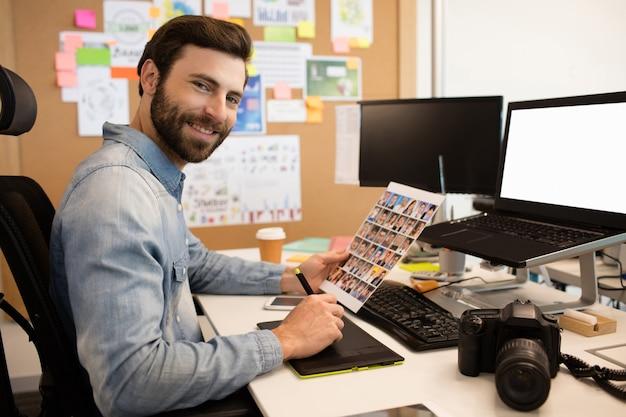 Professioneller designer, der am schreibtisch im kreativen büro arbeitet