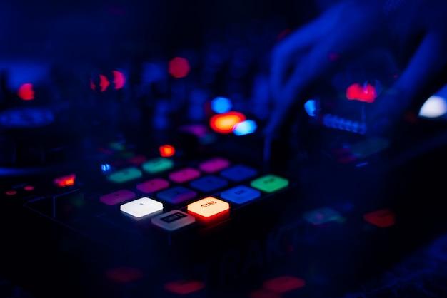 Professioneller dj-controller zum mischen elektronischer musik