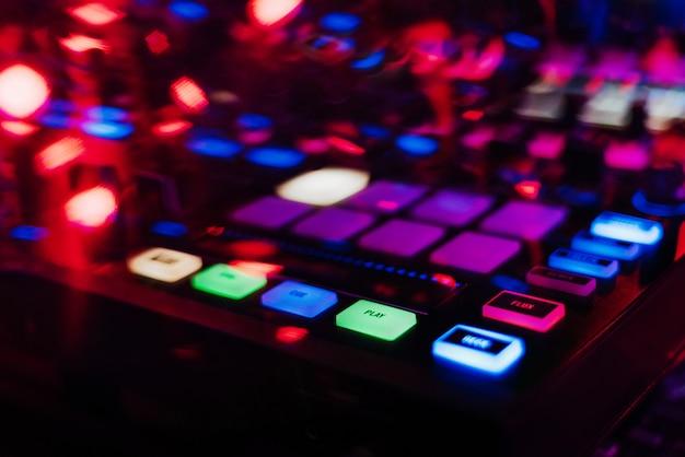 Professioneller dj-mixer-controller zum mischen von musik