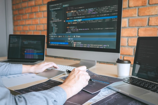 Professioneller entwickler, der an einer software arbeitet