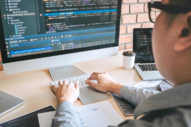 Professioneller entwickler-programmierer, der an einem software-website-design und einer codierungstechnologie arbeitet, codes und datenbanken im büro des unternehmens schreibt, global cyber connection technology