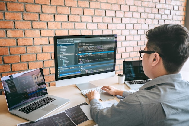 Professioneller entwickler-programmierer, der an einem software-website-design und einer codierungstechnologie arbeitet