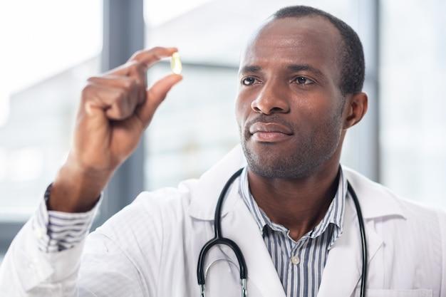 Professioneller ernährungsberater, der nahrhaftes essen empfiehlt und nützliche tabletten ansieht