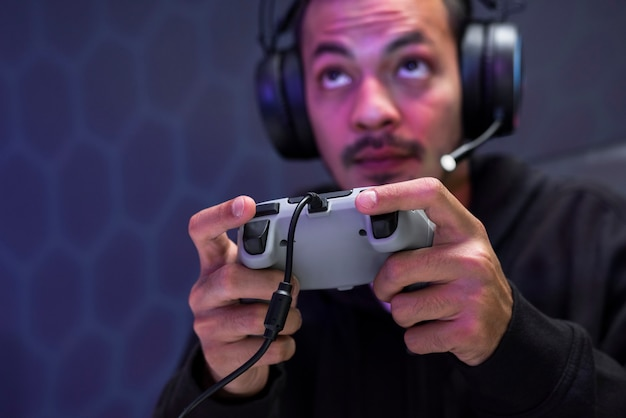 Professioneller esport-gamer, der ein spiel mit gaming-controller spielt
