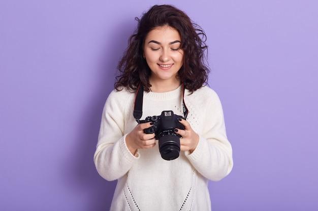 Professioneller fotograf, der isoliert über flieder steht