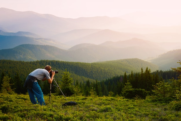 Professioneller fotograf durch die berge.