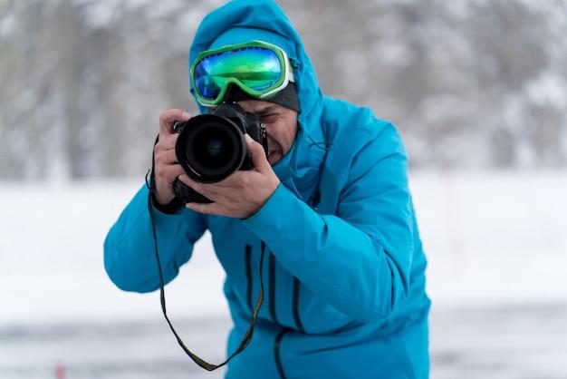 Professioneller fotograf im einsatz in der winterwildnis