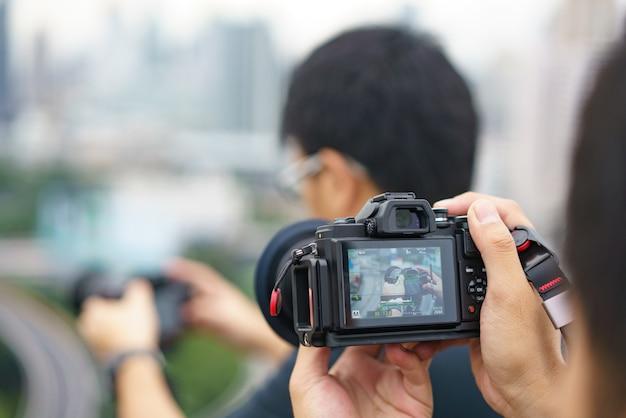 Professioneller fotograf konzentriert sich und setzt seine leidenschaft für die fotografie fort