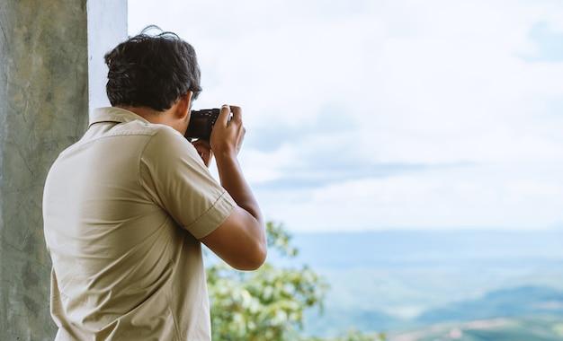 Professioneller fotograf konzentriert und setzt seine leidenschaft für die fotografie fort