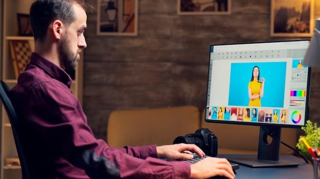 Professioneller fotograf mit virtual-reality-headset, der fotos mit grafiktablett retuschiert.