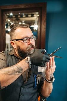 Professioneller friseur lehrt, wie man haare schneidet