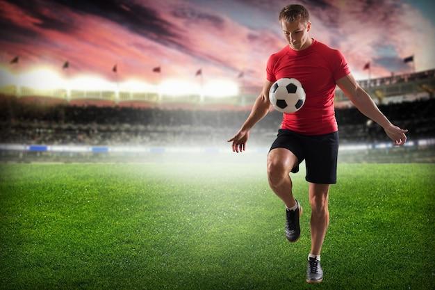 Professioneller fußballspieler, der ball tritt