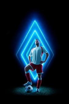Professioneller fußballspieler im neonstil. fußballschwarzes lokalisiert. neon geometrische form