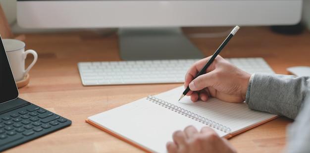 Professioneller geschäftsmann, der seine idee auf notizbuch schreibt
