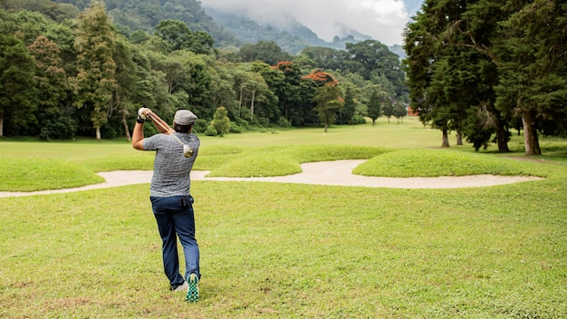 Professioneller golfer. bali. indonesien.