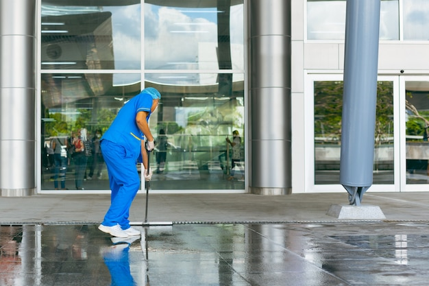 Professioneller industriereiniger im schützenden einheitlichen reinigungsboden