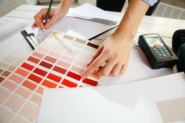 Professioneller innenarchitekt, der mit farbpalette arbeitet
