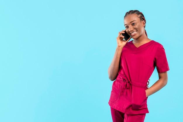 Professioneller junger arzt, der am telefon spricht