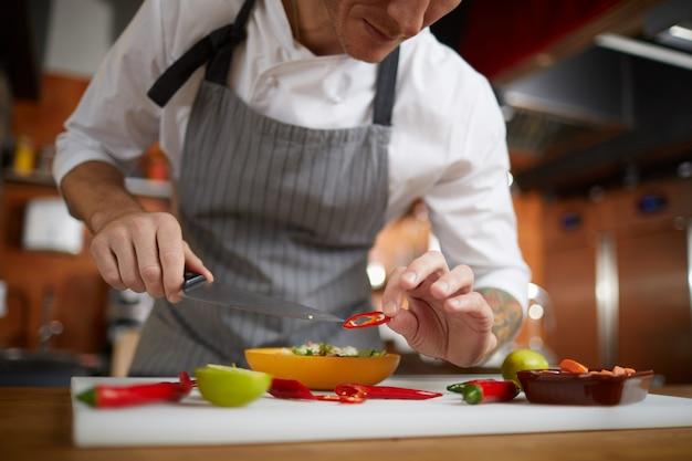 Professioneller koch, der essen serviert