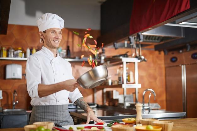 Professioneller koch, der im restaurant kocht
