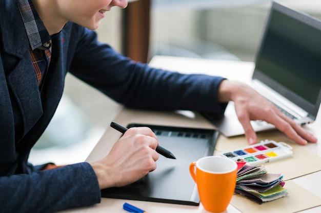 Professioneller kolorist, der an einem grafiktablett arbeitet. design-innovationen kreative projekte. konzept der digitalen medien