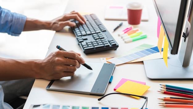 Professioneller kreativer architektengrafikdesignerberuf, der proben einer farbpalette für projekt auf bürotischrechner wählt