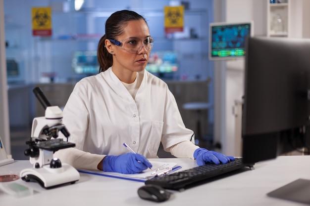 Professioneller laborarzt, der nach einer behandlung forscht