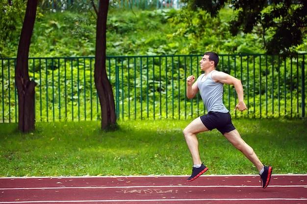 Professioneller läufer auf der strecke