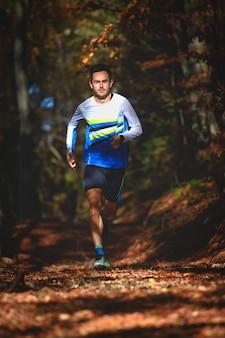 Professioneller läufer im wald während eines trainings