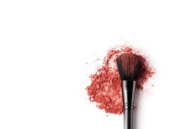 Professioneller make-up pinsel auf zerdrückten lidschatten