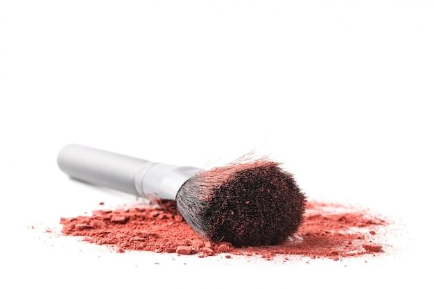 Professioneller make-up-pinsel auf zerquetschtem lidschatten
