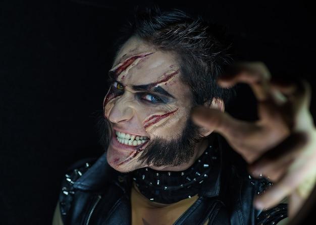 Professioneller make-up werwolf wolverine mit narben