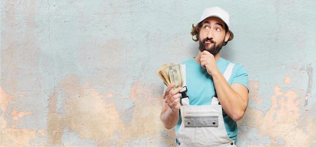 Professioneller maler mit banknoten