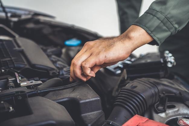 Professioneller mechaniker, der autoreparatur- und wartungsservice anbietet