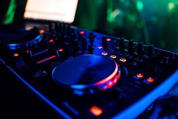 Professioneller moderner board-dj, der musik und game-discs mischt