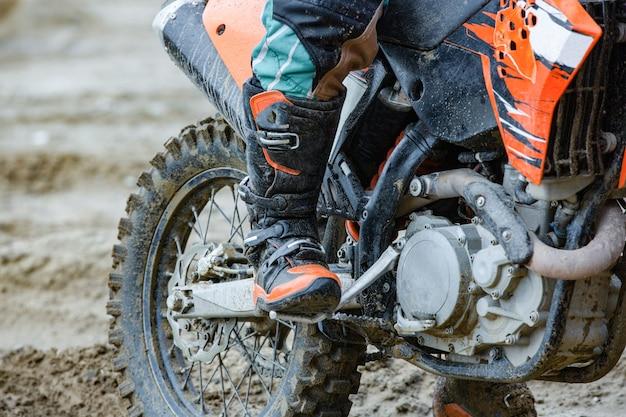 Professioneller motocross-motorradfahrer fährt über die rennstrecke