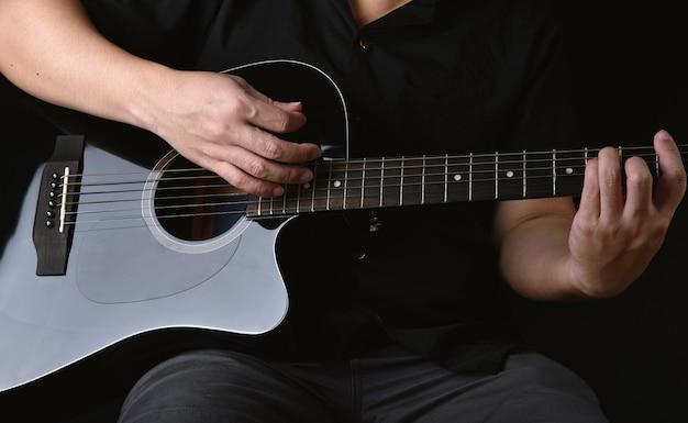 Professioneller musiker, der akustikgitarre im musikaufnahmestudio spielt