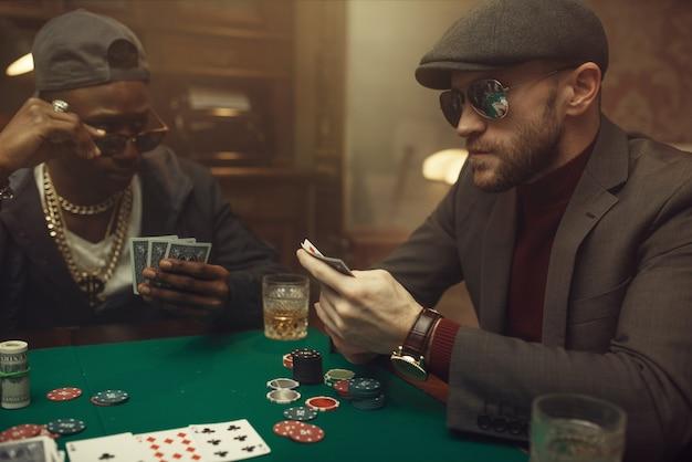 Professioneller pokerspieler fühlt das risiko, casino. sucht
