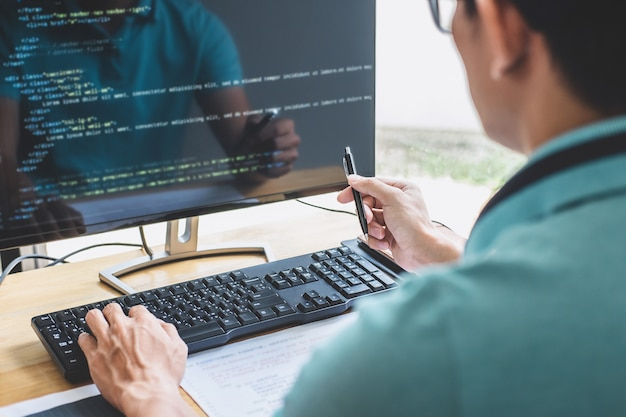 Professioneller programmierer, der an der entwicklung der programmierung arbeitet.