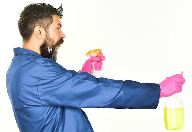 Professioneller reiniger. bärtiger mann mit reinigungsspray. reinigungsservice.