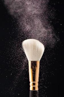 Professioneller schwarzer make-up pinsel mit rosa puder
