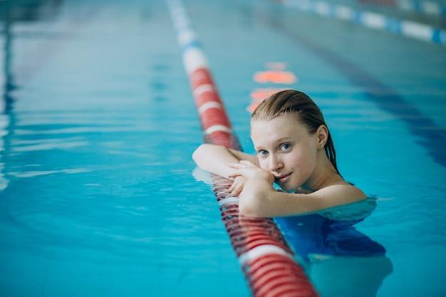Professioneller schwimmer der frau im schwimmbad