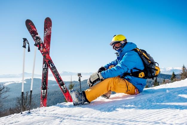 Professioneller skifahrer im berg