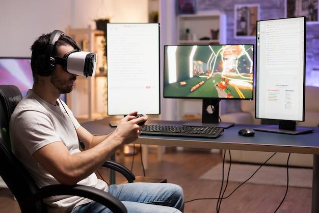 Professioneller spieler, der ein virtual-reality-headset trägt, während er shooter-spiele im stream spielt.